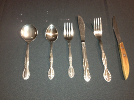Dinner fork, salad fork, serrated knife, teaspoon